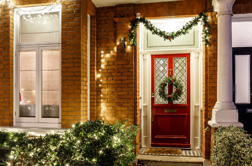 christmas-decorations-on-front-door